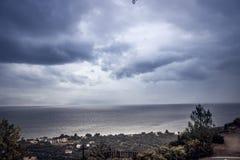 oceano do tempo do outono em um dia nebuloso fotografia de stock
