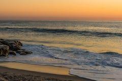 Oceano dourado no crepúsculo foto de stock royalty free