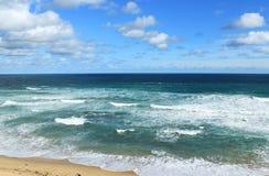 Oceano e céu azuis Fotografia de Stock Royalty Free