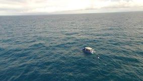 Oceano e cielo con la barca archivi video