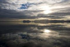 Oceano e montagne, paesaggio di stupore dei fiordi orientali in ghiaccio immagini stock