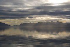 Oceano e montagne, paesaggio di stupore dei fiordi orientali in ghiaccio fotografia stock