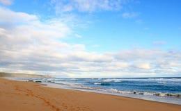Oceano e nuvens azuis Imagem de Stock