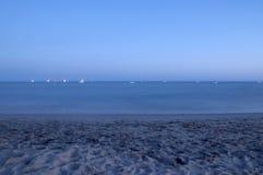 Oceano e praia no crepúsculo fotografia de stock