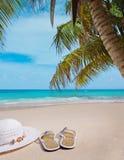 Sandálias em uma praia Fotografia de Stock
