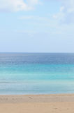 Oceano e spiaggia blu Fotografie Stock Libere da Diritti