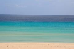 Oceano e spiaggia blu Fotografia Stock Libera da Diritti