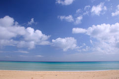 Oceano e spiaggia blu Immagine Stock