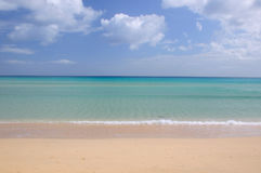 Oceano e spiaggia blu Fotografie Stock