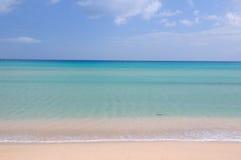 Oceano e spiaggia blu Immagine Stock Libera da Diritti