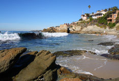 Oceano e spiaggia del te di Rocky Cove Near Immagine Stock