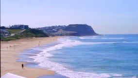 Oceano em Sandy Beach e em um promontório vídeos de arquivo