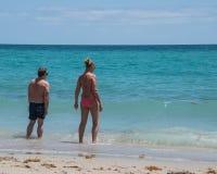 Oceano entrando do homem e da mulher em Florida foto de stock royalty free