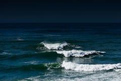 Oceano escuro fotografia de stock