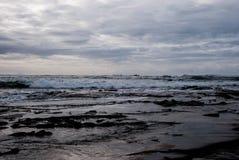 Oceano escuro, ondas que rolam, água da cor do metal, nuvens pesadas no céu Imagem de Stock Royalty Free