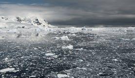 Oceano gelado antes da tempestade em Continente antárctico Fotografia de Stock