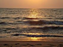 Oceano, horizonte, frescor, ar, vento, ouro, por do sol, ondas, areia, espuma, céu Foto de Stock Royalty Free