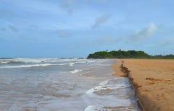 Oceano Indiano con la sabbia dorata, Bentota, Sri Lanka Un paesaggio meraviglioso della natura di una scena della spiaggia Fotografie Stock Libere da Diritti