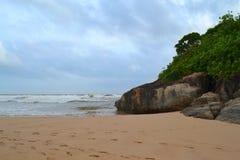 Oceano Indiano con la sabbia dorata, Bentota, Sri Lanka Un paesaggio meraviglioso della natura di una scena della spiaggia Fotografia Stock
