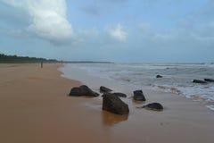 Oceano Indiano con la sabbia dorata, Bentota, Sri Lanka Un paesaggio meraviglioso della natura di una scena della spiaggia Fotografie Stock
