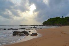 Oceano Indiano con la sabbia dorata, Bentota, Sri Lanka Un paesaggio meraviglioso della natura di una scena della spiaggia Immagine Stock Libera da Diritti