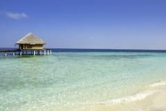 Oceano Indiano con la villa dell'acqua Fotografie Stock