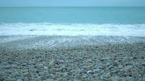 Oceano infinito, ondas espumosas que lavam acima em Pebble Beach limpo, conservação da natureza filme