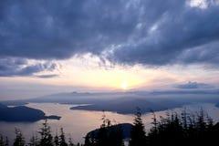 Oceano, isole, nuvole e siluette degli alberi ad alba Fotografia Stock Libera da Diritti