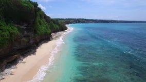 Oceano longo do Sandy Beach e dos azuis celestes da ilha de Bali filme