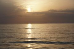 Oceano mágico Nascer do sol sobre o Atlântico Manhã Fotografia de Stock Royalty Free