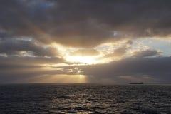 Oceano mágico Nascer do sol sobre o Atlântico Manhã Ondas Fotos de Stock Royalty Free