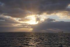 Oceano mágico Nascer do sol sobre o Atlântico Manhã Ondas Foto de Stock