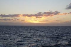 Oceano mágico Nascer do sol sobre o Atlântico Manhã Ondas da ressaca Foto de Stock Royalty Free
