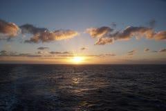 Oceano mágico Nascer do sol sobre o Atlântico Manhã Ondas da ressaca Fotos de Stock
