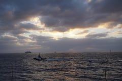 Oceano mágico Nascer do sol sobre o Atlântico Manhã Ondas da ressaca Imagem de Stock Royalty Free