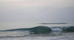 Oceano mágico Nascer do sol sobre o Atlântico Manhã Ondas da ressaca E Fotografia de Stock