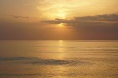 Oceano magico Alba sopra l'Atlantico Mattina Onde della spuma Fotografia Stock