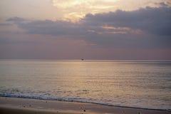 Oceano magico Alba sopra l'Atlantico Mattina Onde della spuma Spiaggia Fotografia Stock