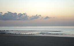 Oceano magico Alba sopra l'Atlantico Mattina Onde della spuma Spiaggia Fotografia Stock Libera da Diritti