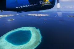 Oceano Malddives di Indien - 14 giugno 2015: Il taxi dell'idrovolante sorvola immagine stock