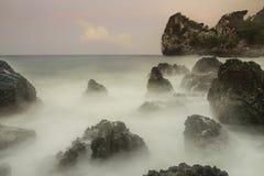 Oceano, montanhas e céu Imagens de Stock