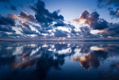 Oceano na noite Fotografia de Stock