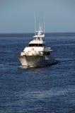 Oceano - navigação indo do iate em um oceano azul Imagens de Stock