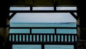 Oceano oltre il gazebo fotografia stock
