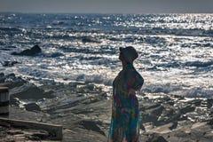 Oceano Pacífico, mulher na costa, Durban imagens de stock