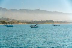 Oceano Pacifico, barche a vela, Santa Barbara Beach, California fotografie stock
