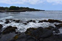 Oceano Pacifico che si schianta contro le scogliere vulcaniche in Hawai fotografia stock