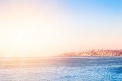 Oceano Pacifico con le costruzioni di Vina del Mar, Cile immagini stock