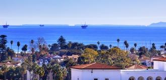 Oceano Pacifico Santa Barbara California delle costruzioni delle piattaforme petrolifere fotografia stock libera da diritti