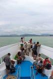 OCEANO PACIFICO, TAILANDIA - 29 NOVEMBRE 2013: Il traghetto che galleggia nel mare aperto, turisti sulla piattaforma che guarda i Fotografia Stock Libera da Diritti